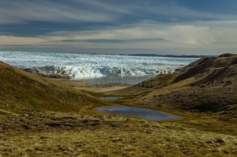 Visión a través del valle y del lago hacia adelante masivo el glaciar, Kangerlussuaq, Groenlandia fotos de archivo