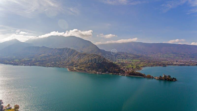 Visiónes alpinas sobre el lago Annecy en las montañas francesas fotografía de archivo libre de regalías