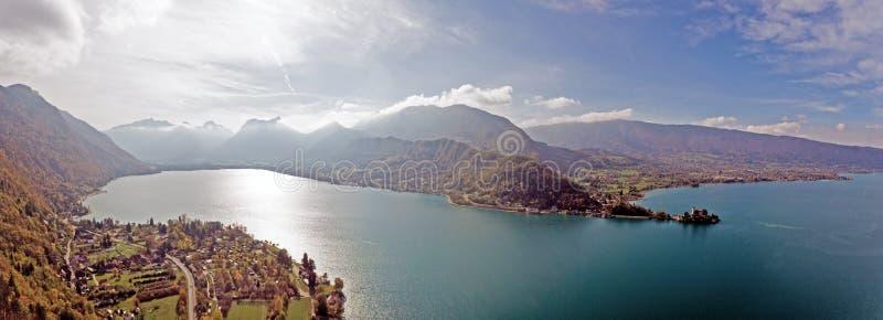 Visiónes alpinas sobre el lago Annecy en las montañas francesas imagen de archivo libre de regalías