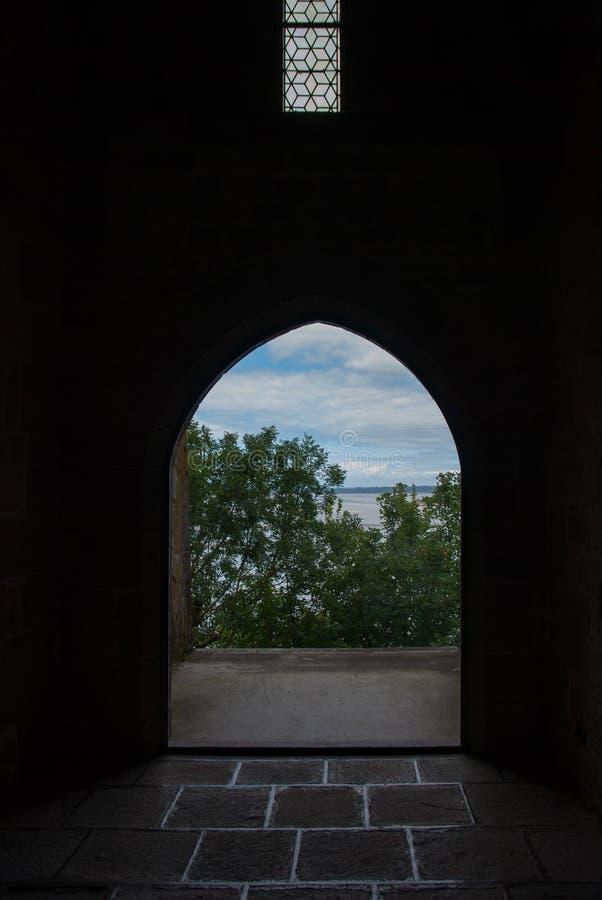 Visiónes desde el interior de Mont Saint Michel francia fotografía de archivo