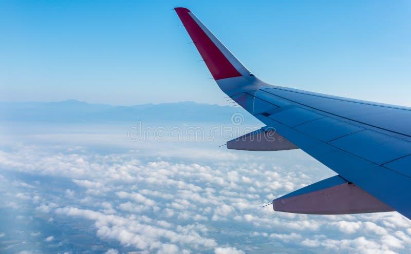 Visi?n desde la ventana del aeroplano para ver el cielo fotografía de archivo