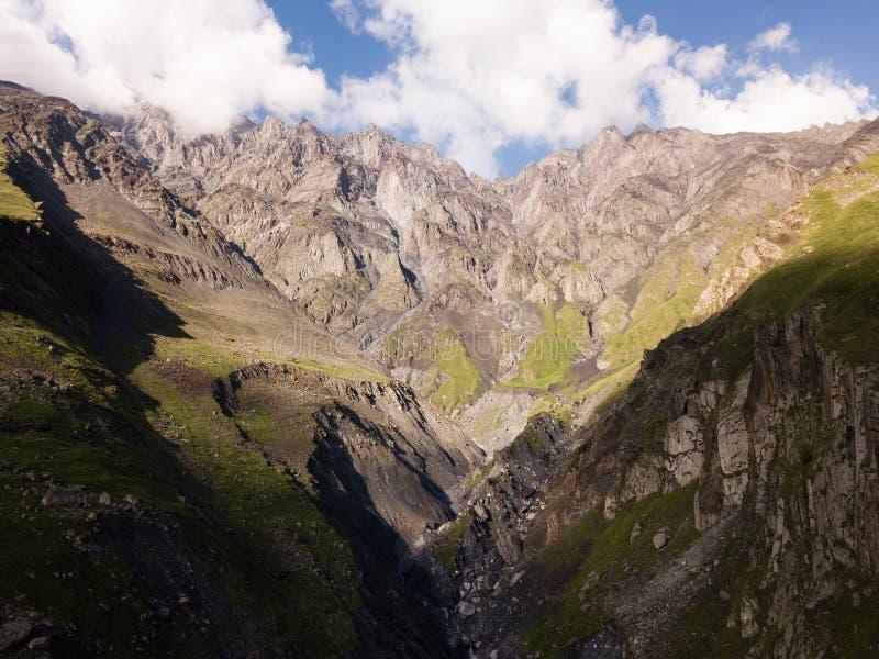 Visi?n a?rea desde el abej?n a las monta?as con el barranco y la fractura cerca de la monta?a Kazbegi en Georgia fotografía de archivo libre de regalías