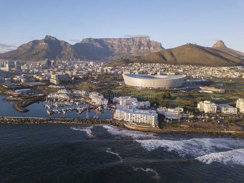 Visi?n a?rea sobre Cape Town, Sur?frica con la monta?a de la tabla fotos de archivo libres de regalías
