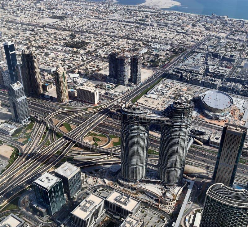 Visi?n a?rea sobre el centro de ciudad de Dubai en un d?a soleado fotos de archivo