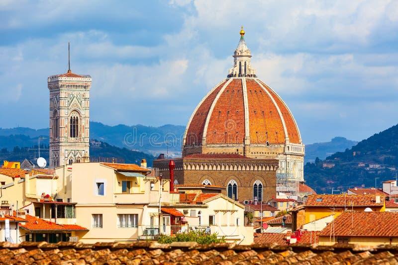 Visi?n a?rea, torres de Florencia, Italia con el Duomo imágenes de archivo libres de regalías