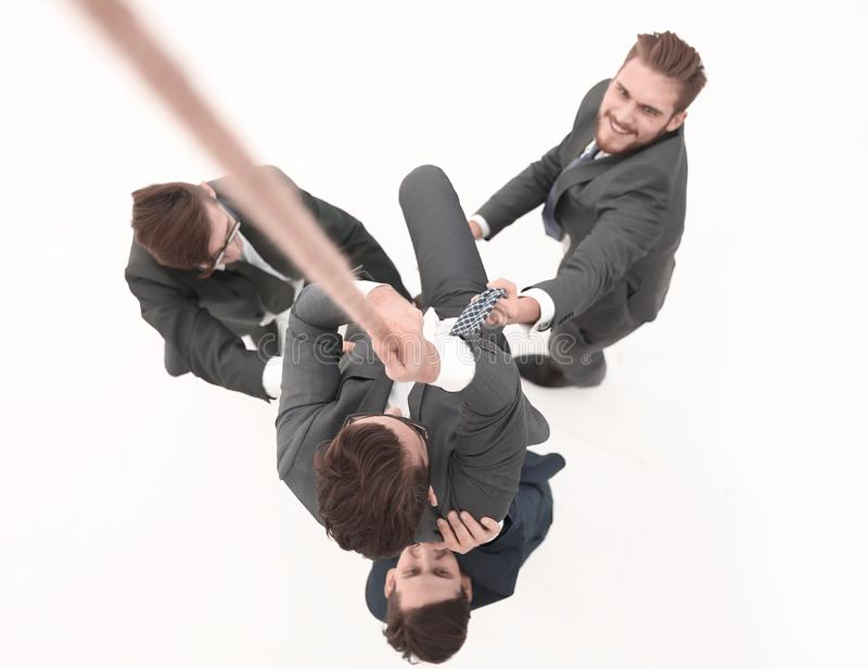 Visi?n superior el equipo del negocio ayuda al jefe a subir para arriba imagen de archivo libre de regalías