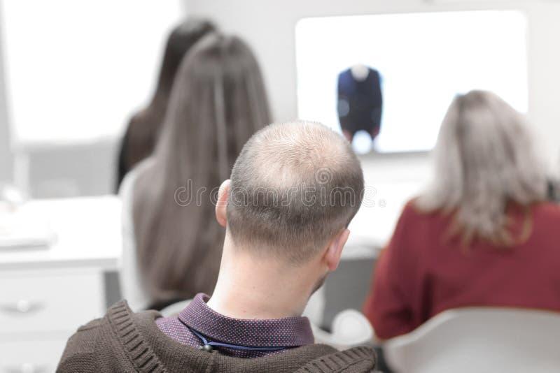 Visi?n trasera imagen borrosa de la gente en la sala de conferencias imagen de archivo