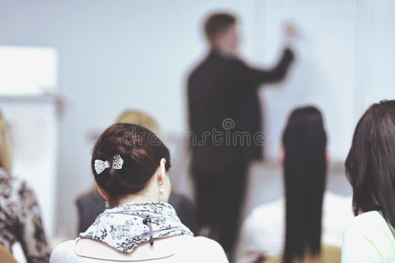 Visi?n trasera la imagen borrosa de la sala de conferencias imagen de archivo