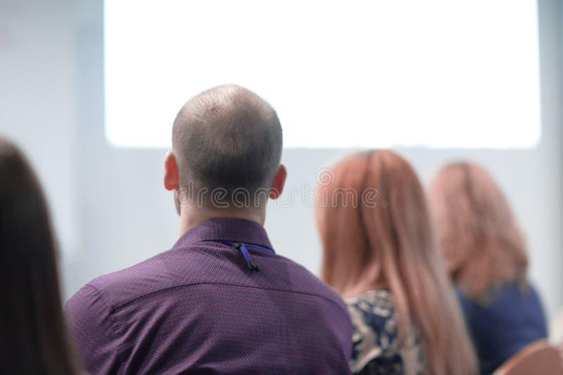 Visi?n trasera la imagen de fondo de la audiencia en la sala de conferencias imagen de archivo
