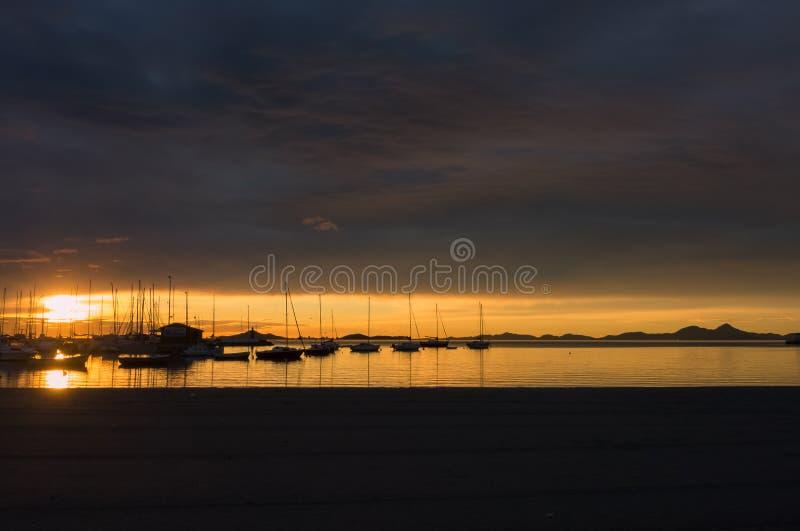 Visibilité directe Alcazares, Espagne Le port maritime pendant un lever de soleil étonnant avec la réflexion du soleil sur l'eau photographie stock