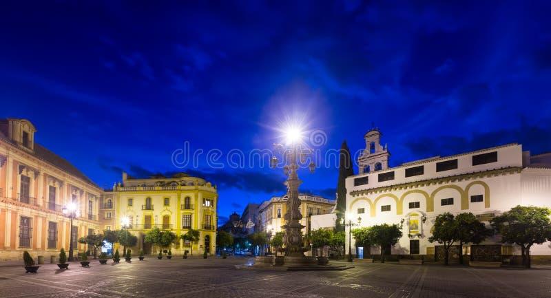 Visibilité directe Reyes de Plaza de la Virgen De dans la soirée Séville photo libre de droits