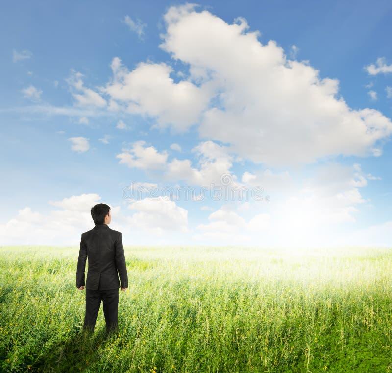 Visie bedrijfsmens in gebieden en bule hemel stock foto