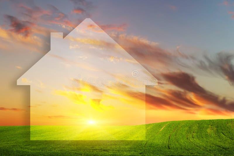 Visie van een nieuw huis op groen gebied bij zonsondergang De huizen van onroerende goederen?, Vlakten voor verkoop of voor huur stock foto's