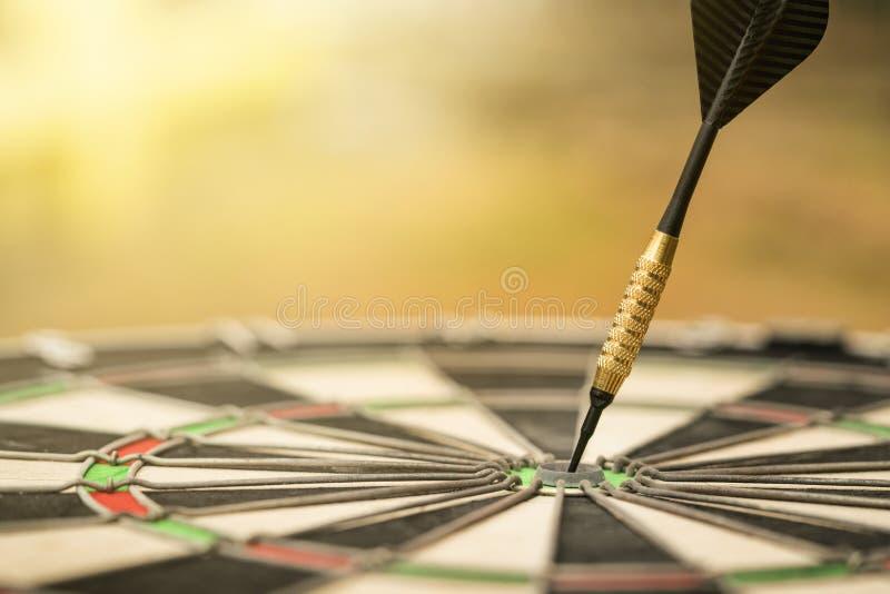 Visieren Sie Pfeil mit Pfeil, Mittelpunkt, Kopf zu zielgruppenorientiertem Marketing a an stockbild