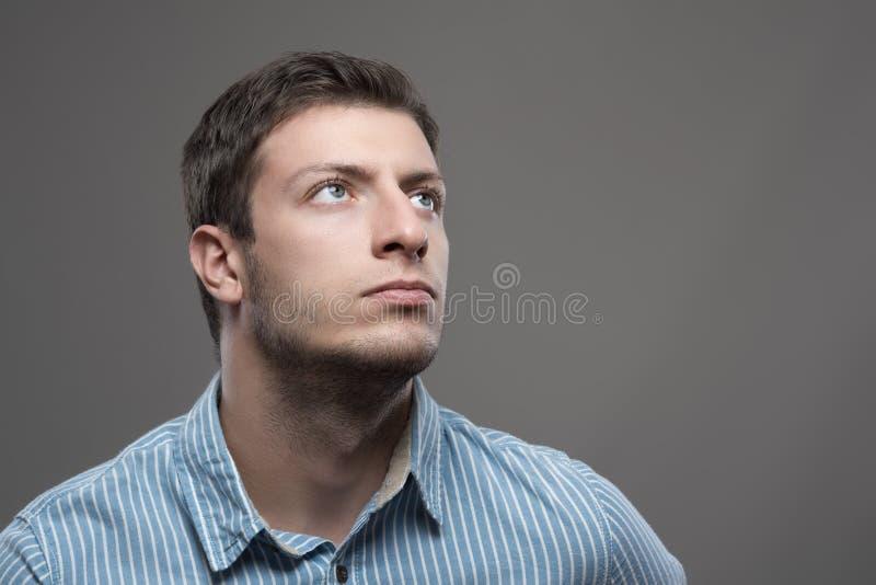 visionário bem sucedido do CEO dos jovens na camisa azul que olha acima fotografia de stock