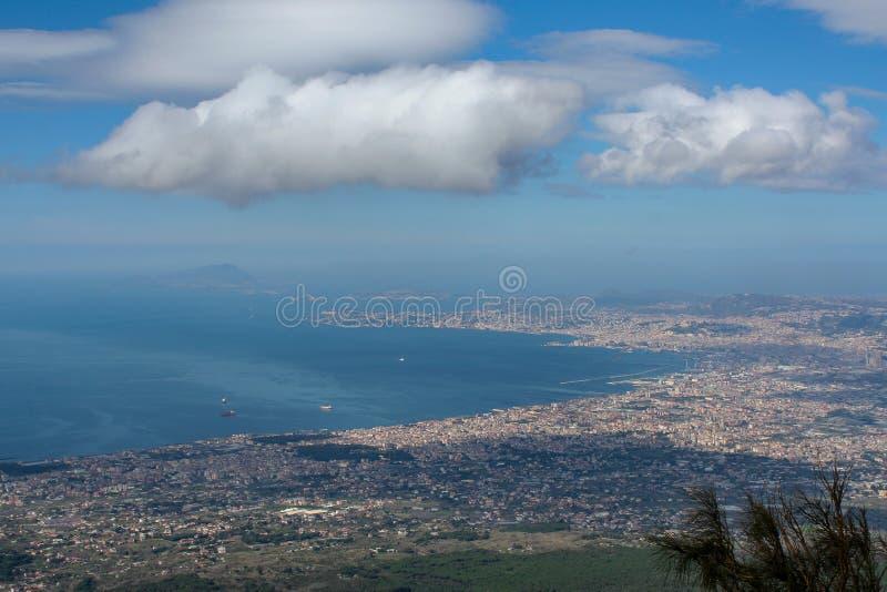 Vision claire au-dessus de la côte de Naples du mont Vésuve image libre de droits