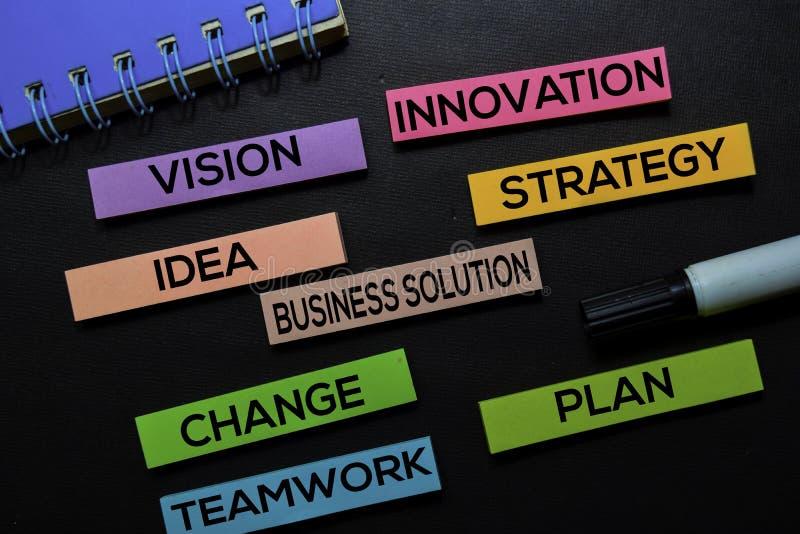 Vision innovation, idé, affärslösning, strategi, ändring, teamwork, plantext på klibbiga anmärkningar som isoleras på det svarta  royaltyfria foton
