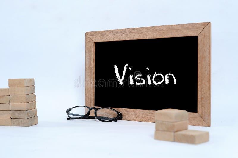 Vision sur le tableau noir avec l'?criture de craie Bloc en verre d'oeil et en bois empilant en tant que symbole d'escalier d'?ta photographie stock