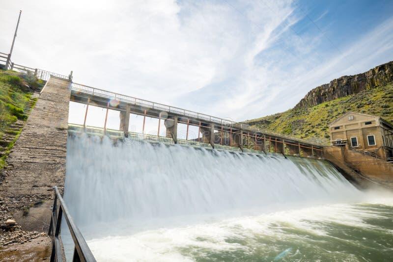 Vision unique sur un barrage de déviation sur une rivière de l'Idaho images libres de droits