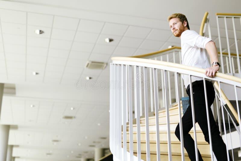 Visionario del negocio representado por las escaleras climing de un hombre imagen de archivo libre de regalías