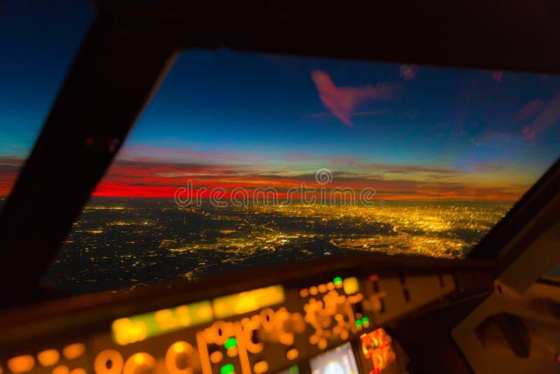 Visione notturna vaga su Londra - esposizione lunga con le riflessioni nella finestra fotografia stock libera da diritti