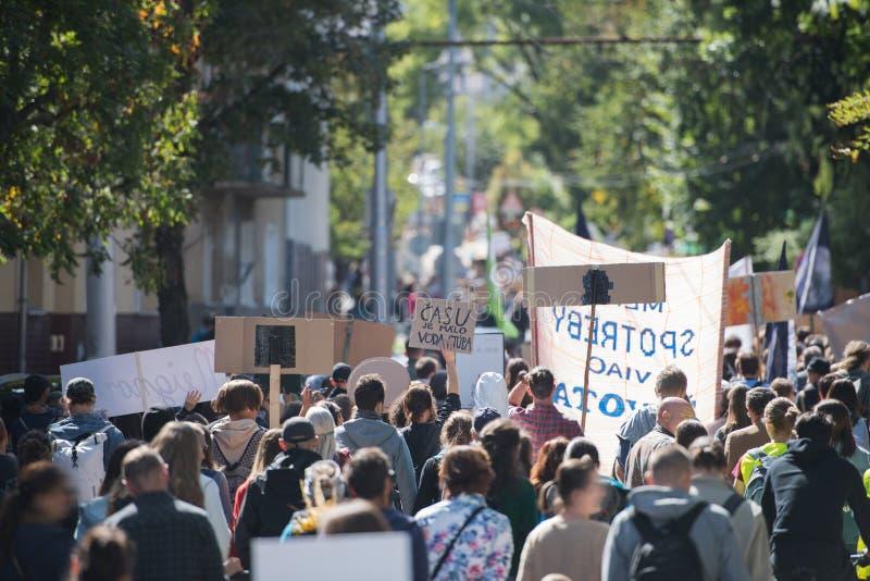 Visione posteriore di persone con cartelli e manifesti in sciopero globale per il cambiamento climatico fotografia stock libera da diritti