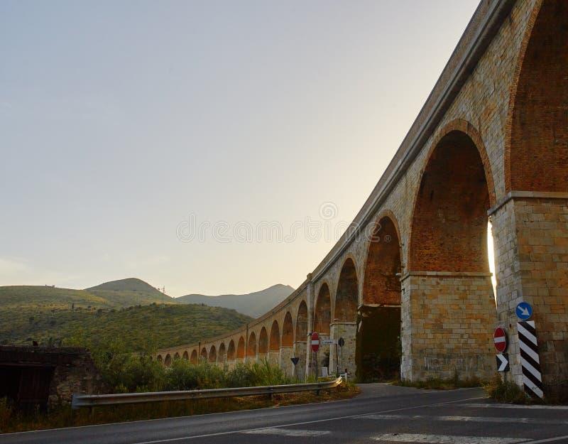 Visione serale di viaduct vicino a Formia, Italia immagini stock
