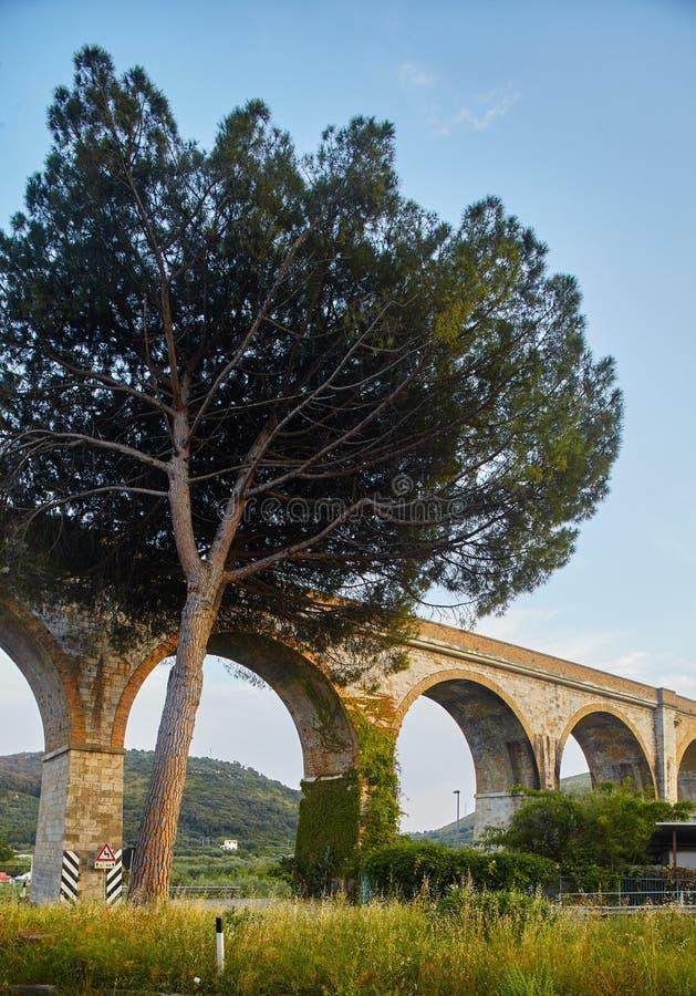 Visione serale di viaduct vicino a Formia, Italia immagini stock libere da diritti