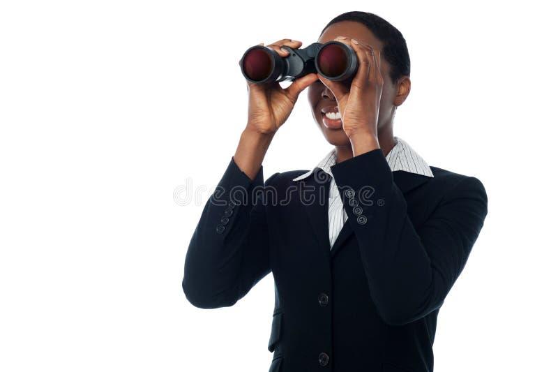 Visionnement de femme par binoculaire image libre de droits