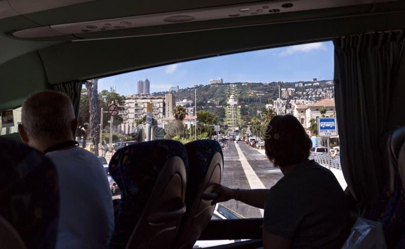 Visionnement Haïfa de touristes et le centre de Bahai de l'autobus photo libre de droits