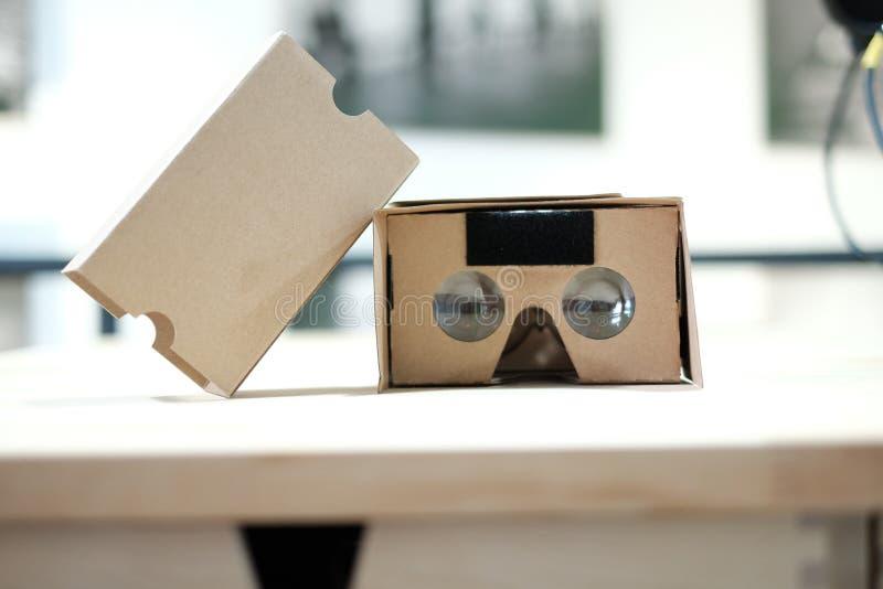 Visionneuse de réalité virtuelle de carton de la vidéo 360 ouverte photos stock
