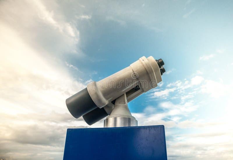 Visionneuse de tour contre le ciel nuageux bleu photographie stock
