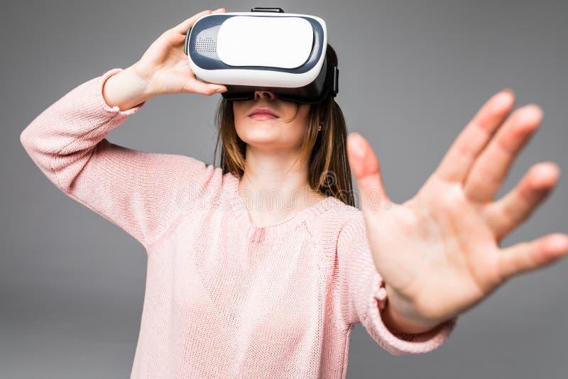 Visionsschutzbrillen der virtuellen Realität des Kopfhörers VR der jungen attraktiven Frau tragende glückliches Videoüberrascht a lizenzfreie stockbilder