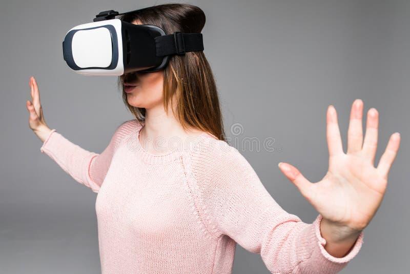 Visionsschutzbrillen der virtuellen Realität des Kopfhörers VR der jungen attraktiven Frau tragende glückliches Videoüberrascht a stockfotos
