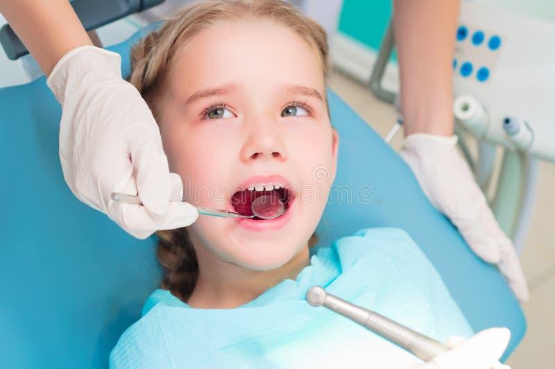 Visit till tandläkaren royaltyfria foton