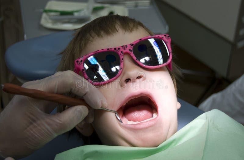 Visita da criança no dentista imagens de stock royalty free