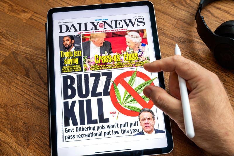 Visita de Donald Trump a las noticias BRITÁNICAS en la cubierta del periódico de las noticias del iPad de Apple imágenes de archivo libres de regalías