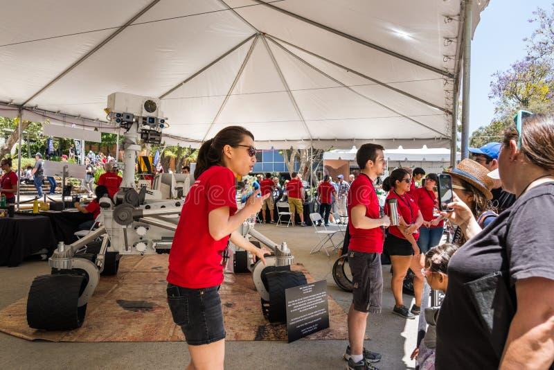 Visita de JPL no bilhete do ` A do acontecimento anual do ` da casa aberta do ` para explorar o ` de JPL imagens de stock