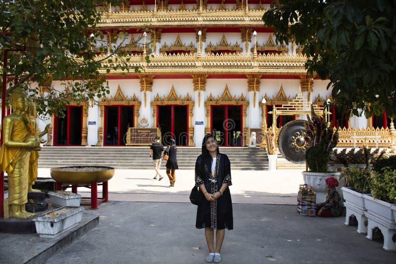 Visita de la gente de la gente tailandesa de los viajeros y pagoda de rogación de Phra Mahathat Kaen Nakhon en el templo de Wat N fotografía de archivo