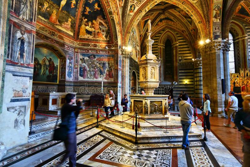 Visita de Siena Baptistery imagem de stock
