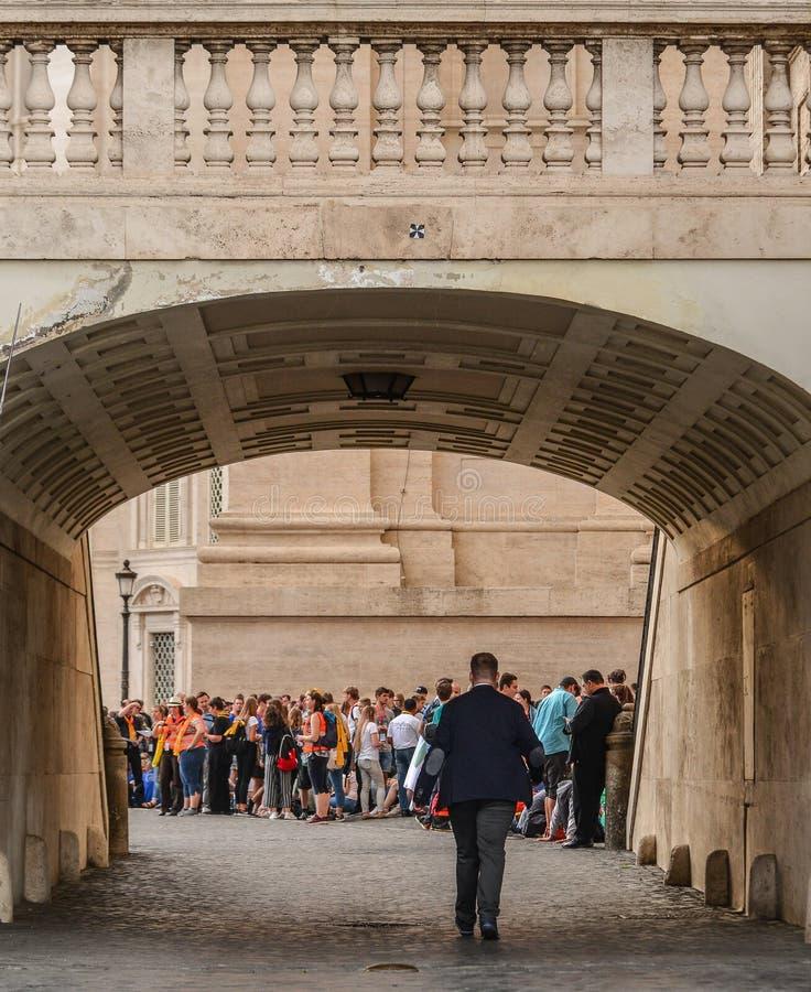 Visita dei turisti e vedere la st Peter Basilica fotografia stock libera da diritti