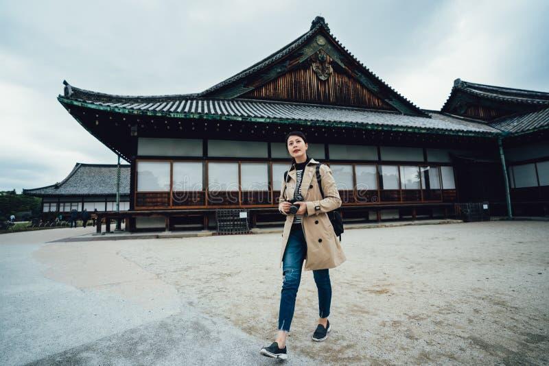 Visita del viajero de la muchacha en castillo del fitland en Kyoto imagenes de archivo
