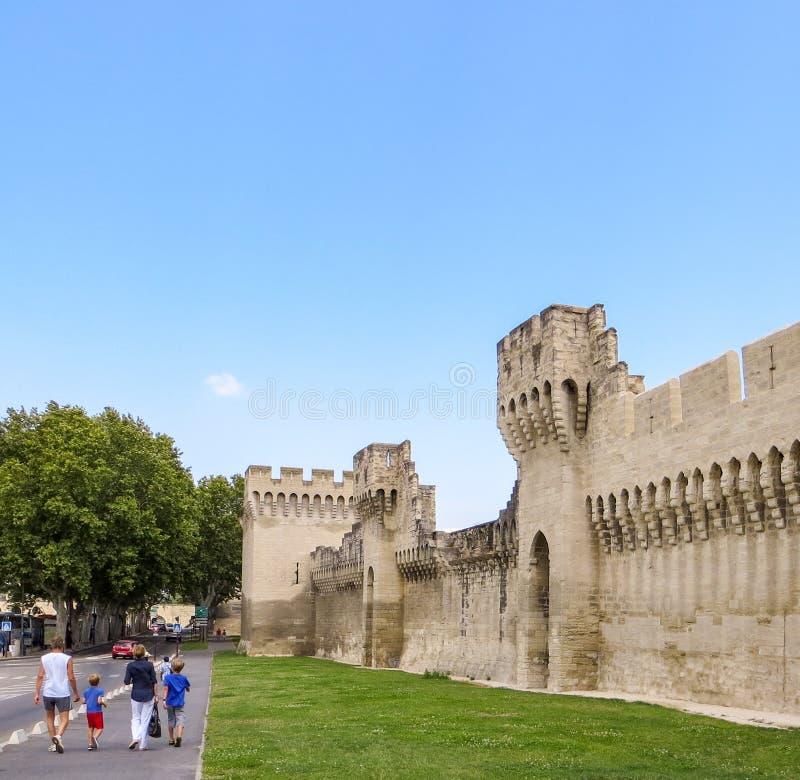Visita della città murata antica di Avignone in Francia immagini stock
