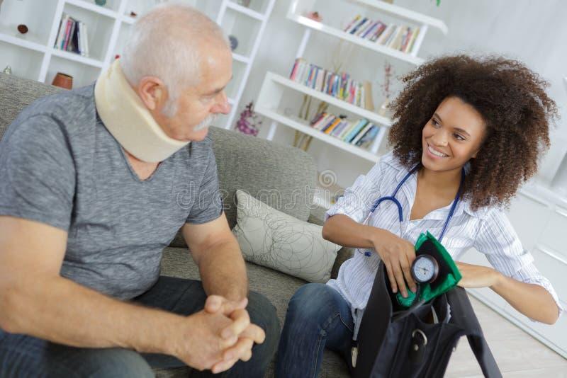 Visita di medico al paziente anziano fotografia stock libera da diritti