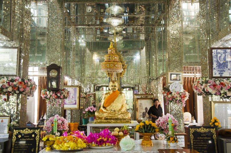 Visita do viajante dos povos tailandeses e do estrangeiro e rezar o stat de buddha fotos de stock