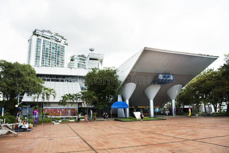 Visita dos viajantes dos povos tailandeses no centro da ciência para a educação e museu de ciência nacional Tailândia ou planetár fotos de stock