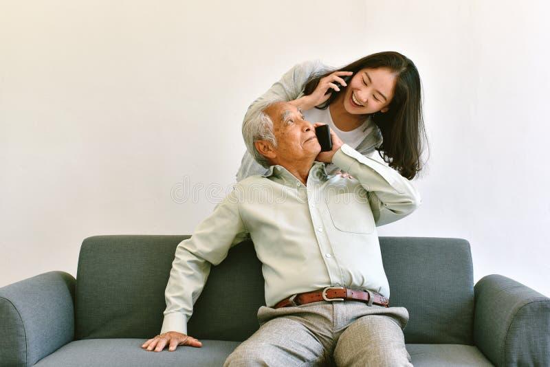 Visita e relacionamento asiático da família, filha e pai abraçando com delicadeza fotografia de stock royalty free