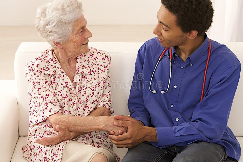 Visita médica da mulher superior em casa fotos de stock