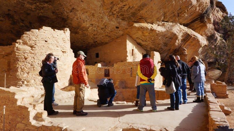 Visita Mesa Verde National Park dos visitantes, Colorado fotos de stock royalty free