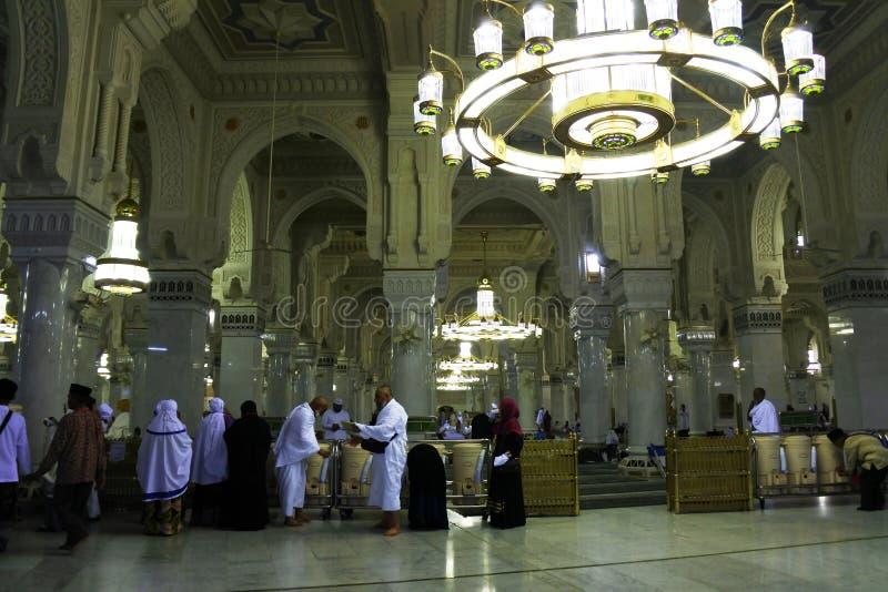 Visita muçulmana do homem à Meca santamente da mesquita imagens de stock royalty free